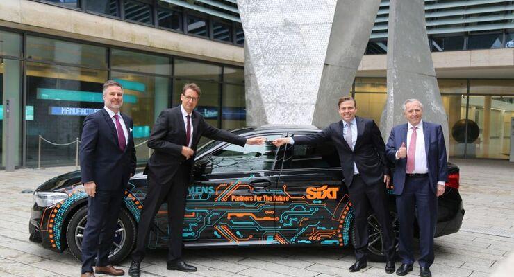 Auf dem Foto von links nach rechts: Robert Suchy (Corporate Vice President Corporate Procurement Categories der Siemens AG), Thorsten Eicke (Vice President Global Mobility Services der Siemens AG), Konstantin Sixt (Vorstand Vertrieb der Sixt SE) & Erich Sixt (CEO der Sixt SE)