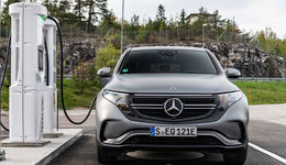 Mercedes EQC, 2019, Elektroauto, E-Auto, vorne, ladesäule, laden, front