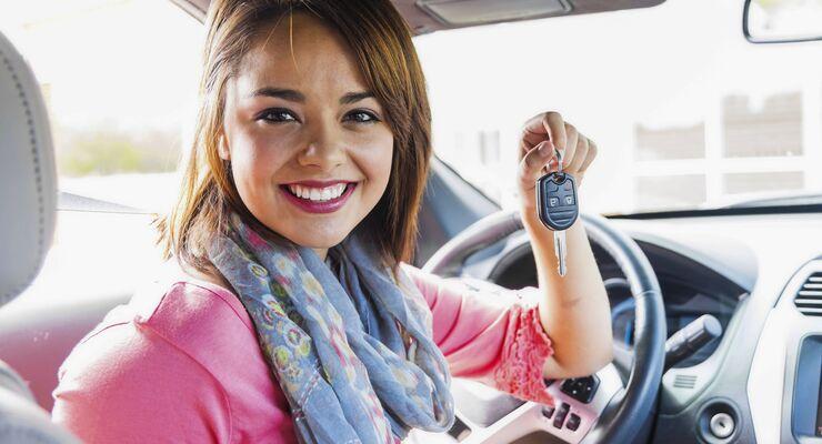 Smiling teenage girl inside car holding key model released PUBLICATIONxINxGERxSUIxAUTxHUNxONLY ABAF0