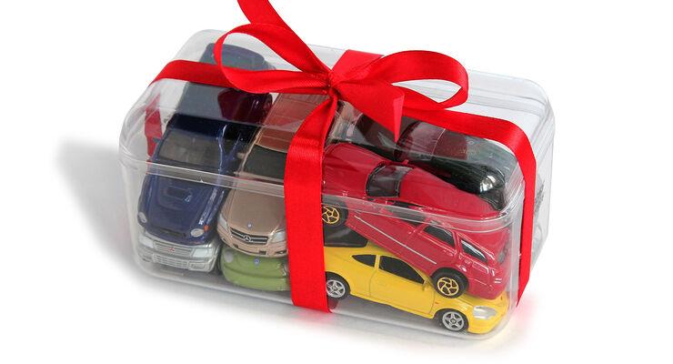 Spielzeug Autos in Geschenke Box mit Schleife