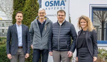 Von links nach rechts: Marten Fehrmann(AFC), Odo Hake (Osma Aufzüge), Daniel Heymer (Osma Aufzüge) und Friederike Wedding (AFC) vor dem Unternehmenssitz in Osnabrück.